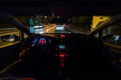 Взгляд дороги ночи изнутри запачканных улицы естественного света автомобиля и других автомобилей движение Стоковое Изображение