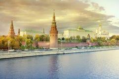Взгляд осени Москвы Кремля на заходе солнца Стоковые Изображения