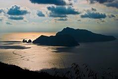 Взгляд острова Капри от захода солнца Сорренто Стоковое Изображение RF