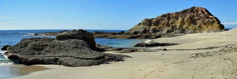 Взгляд острова сокровища и береговая линия в Laguna приставают к берегу, Калифорния Стоковые Фото
