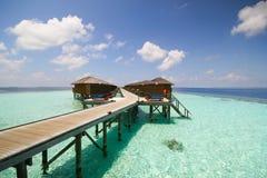 Взгляд острова vilamendhoo на бунгалах воды встает на сторону в Индийском океане Мальдивах Стоковое Изображение RF