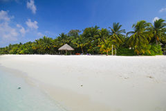 Взгляд острова vilamendhoo на бунгалах воды встает на сторону в Индийском океане Мальдивах Стоковые Фотографии RF