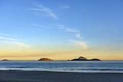 Взгляд островов Cagarras на сумраке в фронте с пляжа Ipanema стоковые фотографии rf