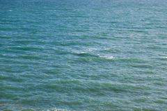 Взгляд открытого моря бирюзы на солнечный день сверху стоковая фотография
