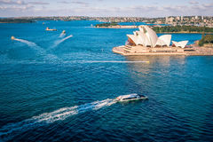 Взгляд открытых морей гавани Сиднея с оперным театром Стоковые Изображения RF