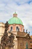 Взгляд от башни Карлова моста купола церков Св.а Франциск Св. Франциск Стоковые Фотографии RF