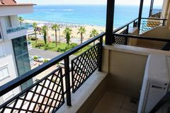 Взгляд от балкона гостиницы пляжа Kleopatra на портовом районе Alanya, Турции Стоковая Фотография RF
