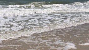Взгляд от берега к морю с волнами видеоматериал