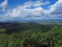 Взгляд от верхней части горы в холмах Jeseniky-, деревьях, деревне стоковая фотография rf