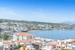 Взгляд от верхней части к греческому городу и океану Стоковые Изображения RF