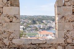 Взгляд от верхней части к греческому городу через окно Стоковое фото RF