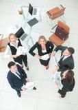 Взгляд от верхней части: счастливые коллеги празднуя их выигрыш Стоковые Изображения