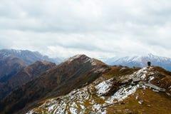 Взгляд от вершины пропуска chanderkhani в гималайские горы Стоковая Фотография RF