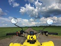 Взгляд от велосипеда квада в природе с изумительным небом Стоковая Фотография