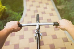 Взгляд от велосипедистов наблюдает во время катания в городе Стоковые Изображения