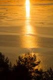 Взгляд от высокого банка реки и захода солнца Стоковые Изображения RF