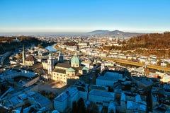 Взгляд от высокой точки к историческому городу Зальцбурга Город в западной Австрии, столица федеративного государства  Стоковые Фотографии RF