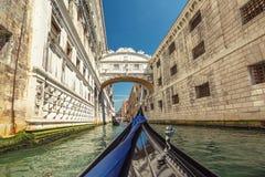 Взгляд от гондолы во время езды вниз известного моста вздоха Стоковое Изображение