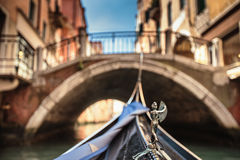 Взгляд от гондолы во время езды через каналы Венеции i Стоковое Фото