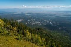 Взгляд от горы к деревне Arshan Стоковая Фотография RF
