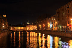 Взгляд от голубого моста на раковине реки и купола собора Казани на ноче st petersburg России стоковая фотография rf