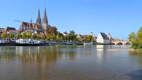 Взгляд от Дуная на соборе Регенсбурга и мосте камня стоковые фотографии rf