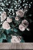 Взгляд от деревянного стола на чудесном букете роз куста и gy Стоковое Изображение
