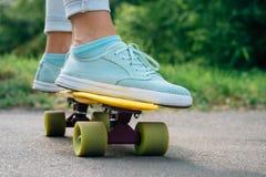 Взгляд от задней части девушки в джинсах, футболке и тапках, которые Стоковая Фотография RF