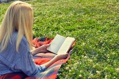 Взгляд от задней части книги чтения девушки Стоковые Изображения RF