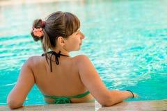 Взгляд от задней части красивой девушки Стоковое Фото