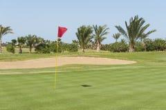 Взгляд от зеленого цвета на поле для гольфа стоковое изображение