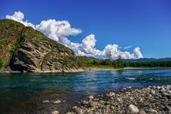 Взгляд от каменистого берега реки горы Стоковые Фотографии RF