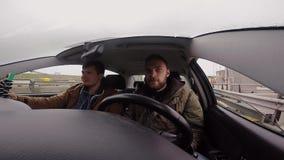 Взгляд от камеры gopro молодые люди группы путешествуя автомобилем совместно Езда друзей через пристань для грузя корабля акции видеоматериалы