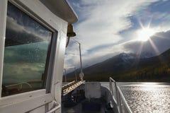Взгляд от корабля на заходе солнца над горами Стоковая Фотография RF