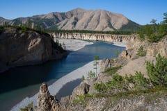 Взгляд от крутого банка реки в горах Стоковая Фотография RF