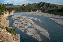 Взгляд от крутого банка реки в горах Стоковое Фото