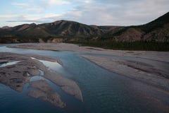 Взгляд от крутого банка реки в горах Стоковое Изображение