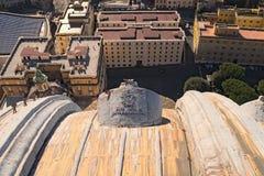 Взгляд от купола базилики ` s St Peter в Ватикане к крышам зданий стоковые фотографии rf