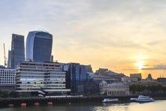 Взгляд от моста Лондона, город утра Лондона стоковые фотографии rf