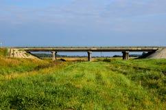 Взгляд от моста проселочной дороги Стоковое Фото