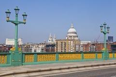 Взгляд от моста Southwark в Лондоне. Стоковое Изображение