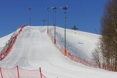Взгляд наклона лыжи от дна. Стоковое Изображение RF