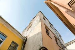 Взгляд от дна покинутых жилых домов Стоковые Фото
