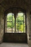 Взгляд от окна в средневековом замке Стоковые Фото