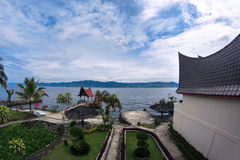 Взгляд от окна к праву дома и сада на береге озера Стоковая Фотография