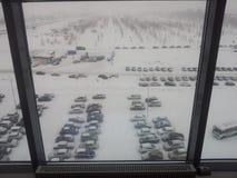 Взгляд от окна офиса на автостоянке зимы стоковая фотография
