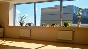 Взгляд от окна офиса на небе и бизнес-центре Стоковые Изображения