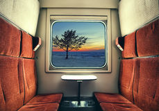Взгляд от окна поезда на ландшафте зимы стоковые фото