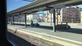 Взгляд от окна поезда на пустой piron поезда сток-видео