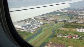 Взгляд от окна самолета на Бангкоке, Таиланде видеоматериал